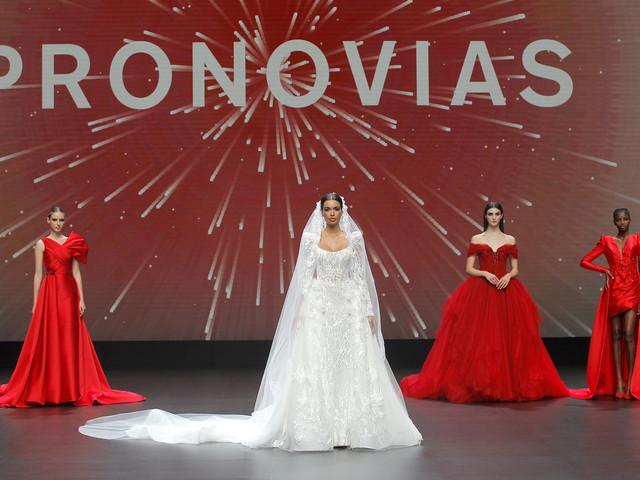 Défilé Pronovias : la mariée 2021 se découvre en star !