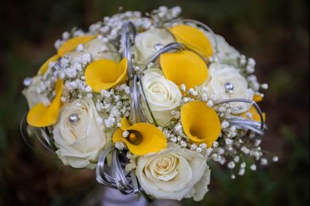 Ultimate Grey et Illuminating : le duo de couleurs 2021 de Pantone pour votre déco de mariage