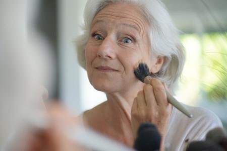 Maquillage pour peaux matures : les bonnes astuces