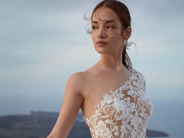LA tendance de l'année est... destructurée ! 60 robes de mariée avec décolleté asymétrique