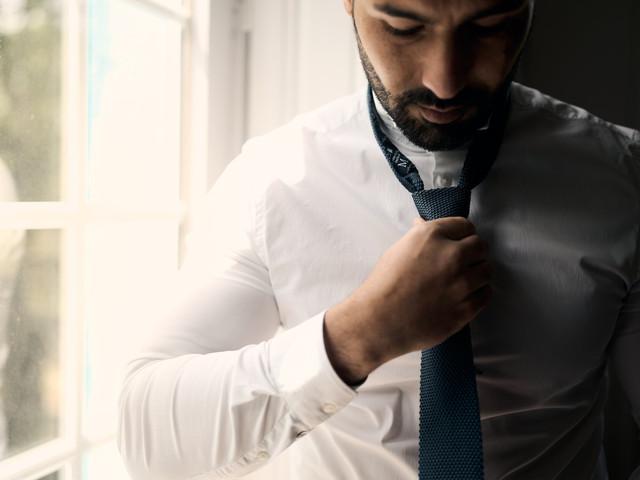 6 tutos pour nouer la cravate du marié (+1 noeud papillon)