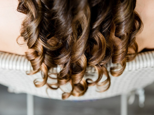 Cheveux bouclés : 6 soins recommandés par les experts pour les sublimer avant le mariage