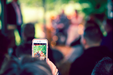 Faut-il limiter l'usage du portable le jour du mariage ?