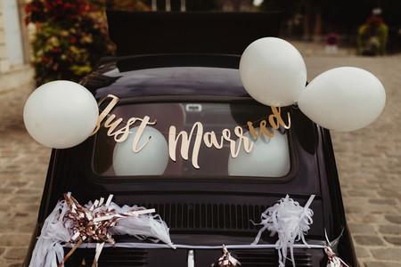 7 phrases pour la voiture des mariés : à chacun son style
