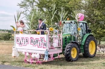 Les mariés en tracteur : une arrivée champêtre choc !