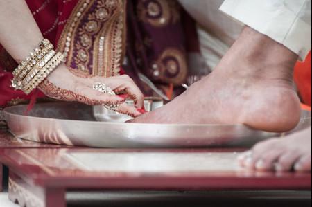 Que symbolise et d'où vient le rituel du lavage des pieds pour la cérémonie de mariage ?
