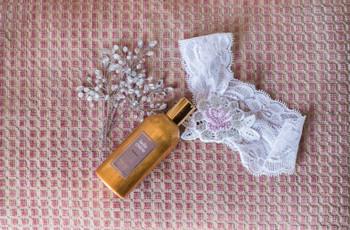 La jarretière : les origines d'un accessoire nuptial que l'on dévoile