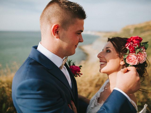 25 coiffures de mariée avec une grosse fleur