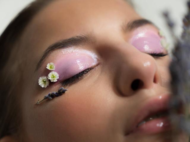 Tendances maquillage de mariée 2021 : glowssy ou pop, et bien plus encore !