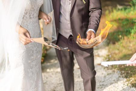 Rituel de brûler ses peurs : un nouveau départ pour le couple en toute confiance