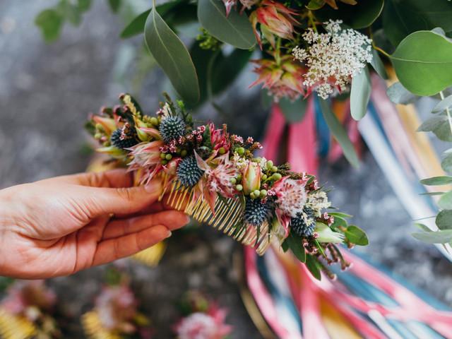 Cap sur les peignes à fleurs pour une coiffure de mariage moderne et romantique !