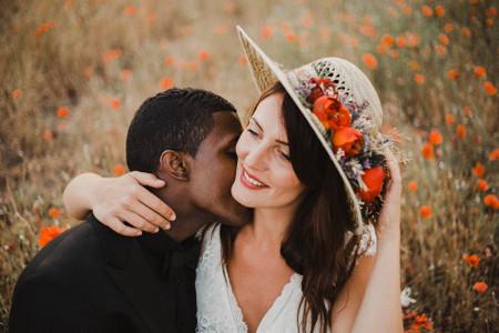 Chapeau fleuri pour la mariée : mode et nature en parfaites alliées