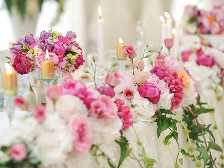 Chemin de table : un parterre de fleurs pour une réception romantique