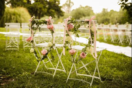 5 couronnes de fleurs pour les chaises de la cérémonie