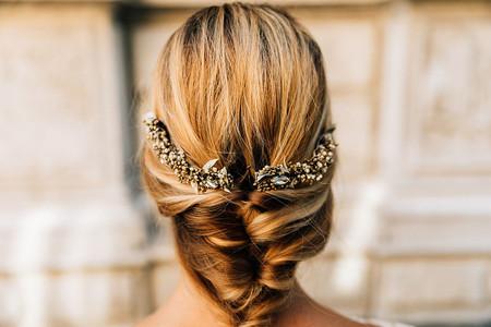 10 accessoires de coiffure pour des tresses de mariage