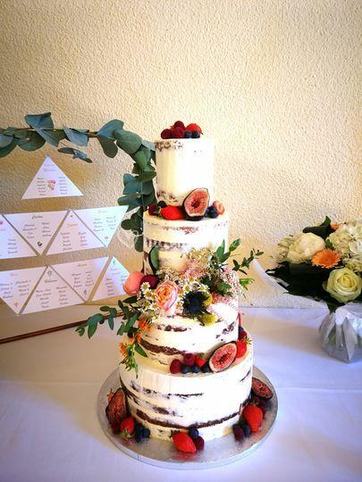 Naked cake fleurs et fruits