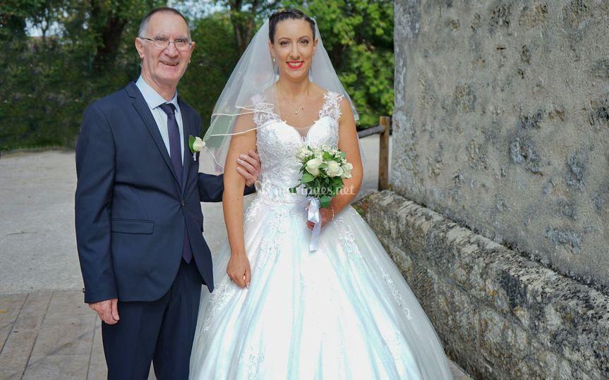 La mariée au bras de son Papa