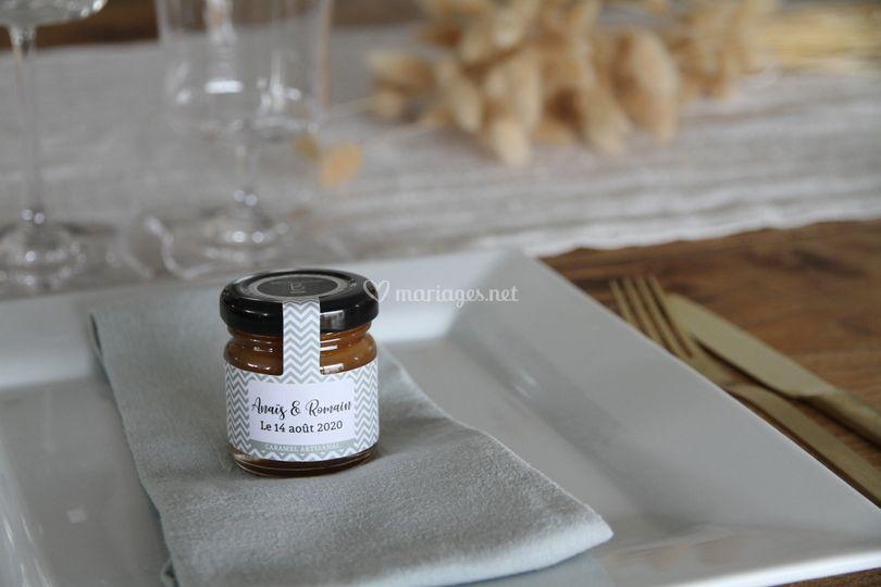 Petits pots avec étiquettes