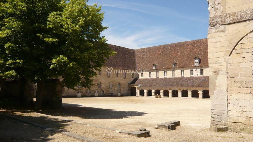 Cour Abbaye Royale du Moncel