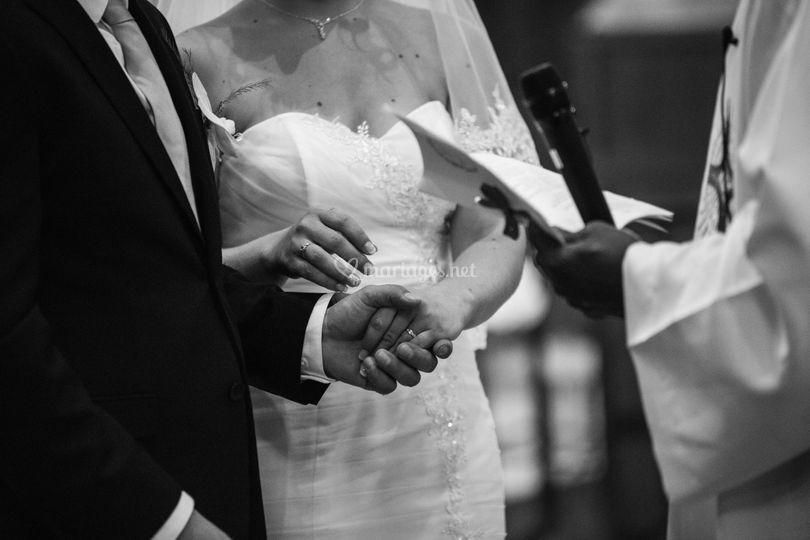 Mains de mariés avec alliances