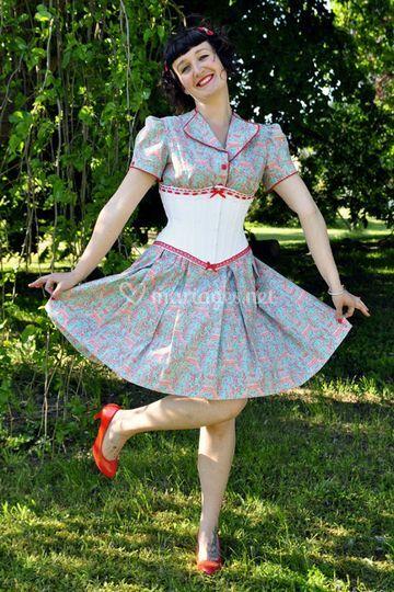 Serre-taille sur robe fleurie
