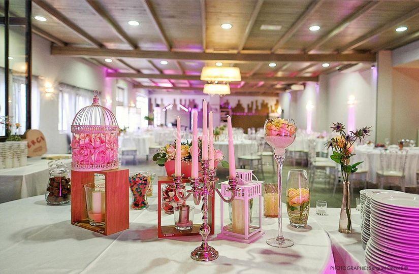 Salle avec ambiance colorée