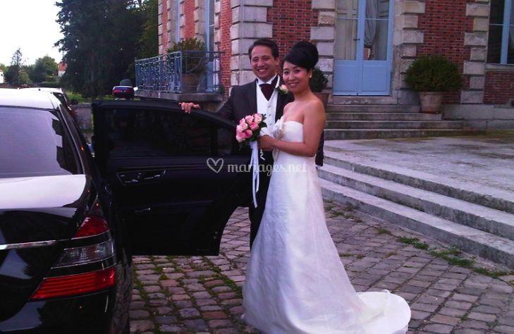 Mariés voiture avec chauffeur