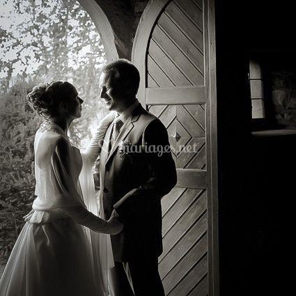 Couple mariés dans une chapelle