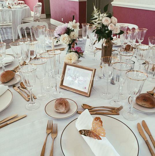 Table rose dorée et blanc