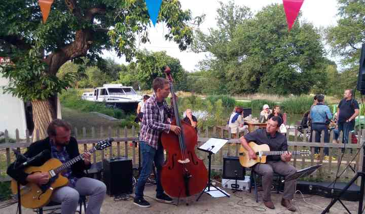 Trio au bord du canal