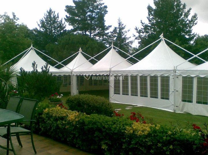 Tentes semi ouvertes installée dans le jardin