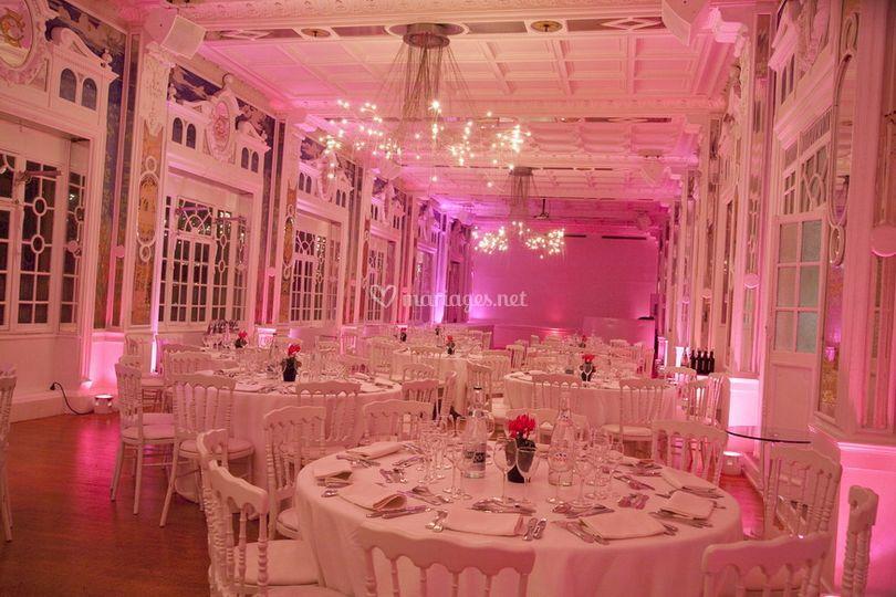 Salle de réception blanche et rose