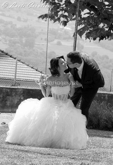 Mariés sur balançoire