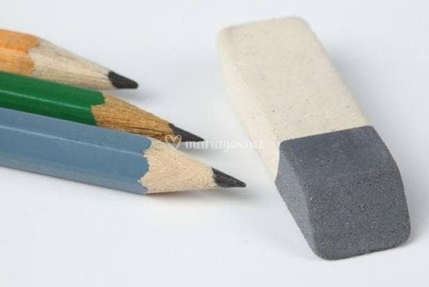 Crayons en papier et gomme