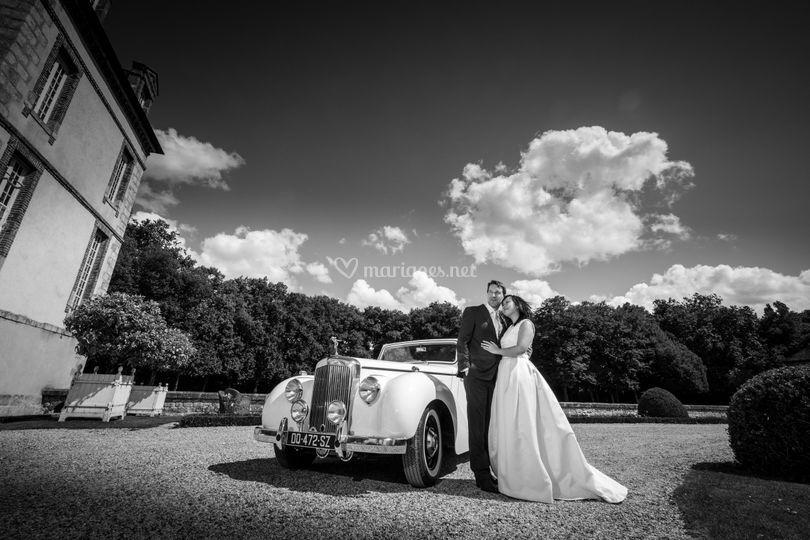 Mariés et voiture ancienne