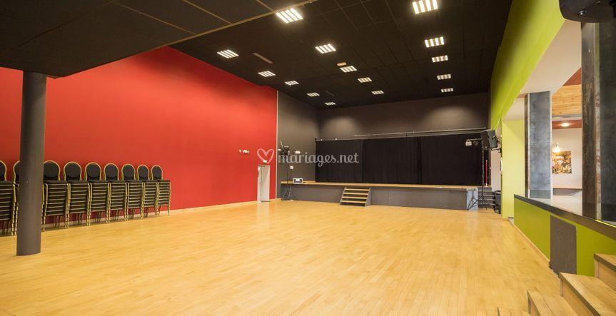 La salle principale avec scène
