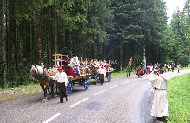 Mariage médiéval avec voiture à foin