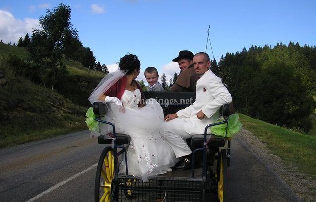Mariage tradition avec petite calèche attelée à un cheval