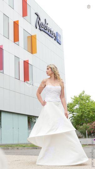 Mariée devant hotel