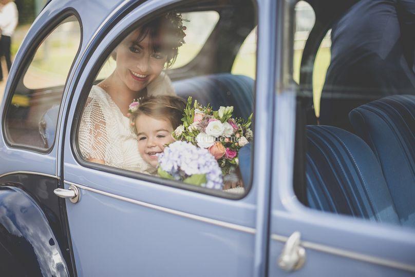 Arrivée de la mariée en 2CV