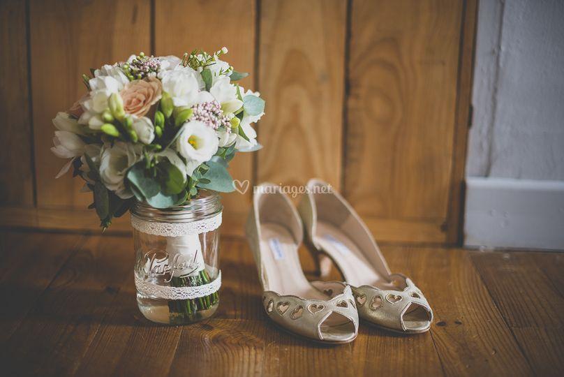 Chaussures et fleurs de mariée
