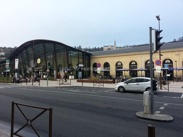Face à la gare