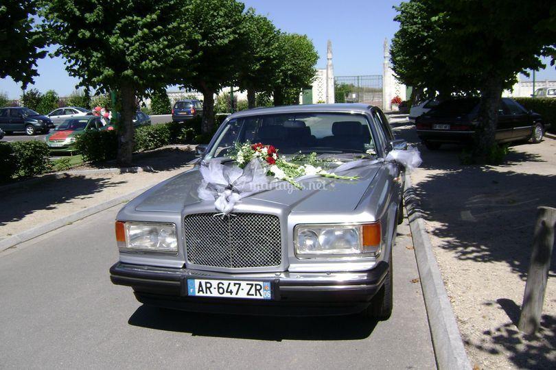 La voiture décorée pour le mariage