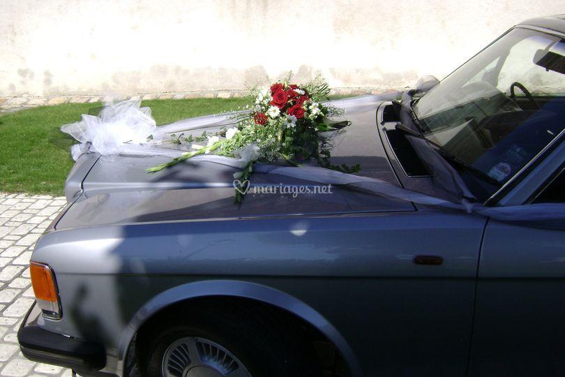L'avant de la voiture et les fleurs