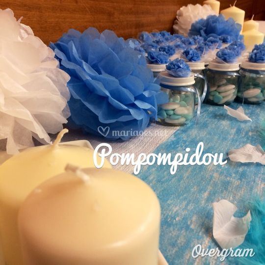 Pompons bleu ciel et blancs
