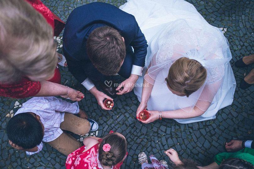 Mariés à la sortie de l'église