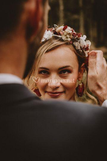 Le marié recoiffe la mariée