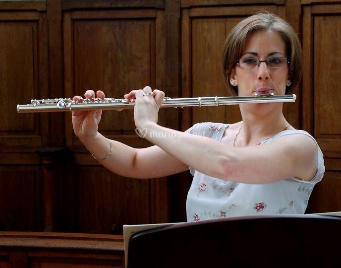 Stéphanie joue de la flûte