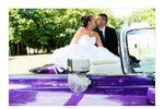 Couple et voiture des mariés