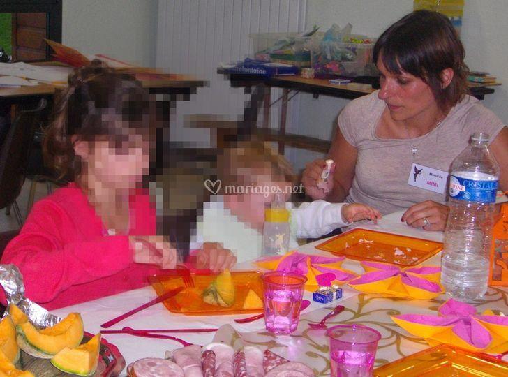MimiFée aide les enfants lors du repas